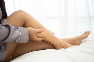 a lábakat rugalmas kötéssel kötözik a visszér ellen