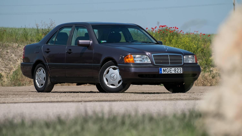 Autó: 6,9 liter: nem a fogyasztása, a motorja ekkora ennek az eladó patinás Mercinek | pozitivemberek.hu