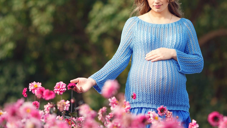 mit viseljen visszeres terhes nő számára