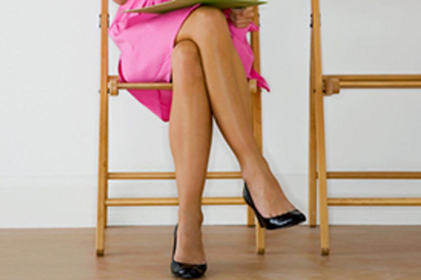 Keresztbe tett lábbal ül? Azonnal váltson testhelyzetet! - HRDoktor